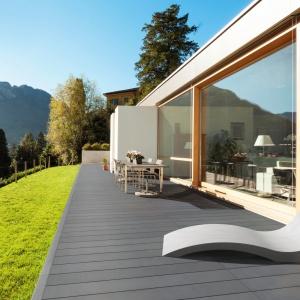 Do nowoczesnych nawierzchni zaliczamy kostki i płyty, które stylistycznie wpisują się w otoczenie architektury w stylu modern. Na zdjęciu: płyta Longer oraz Szezlong Harmony, Modern Line