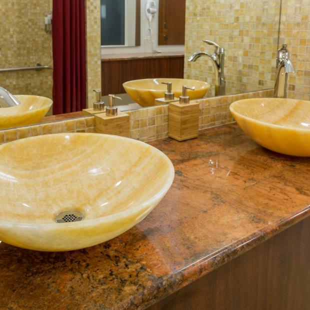 Modna łazienka. Zobacz piękne i niedrogie umywalki z kamienia