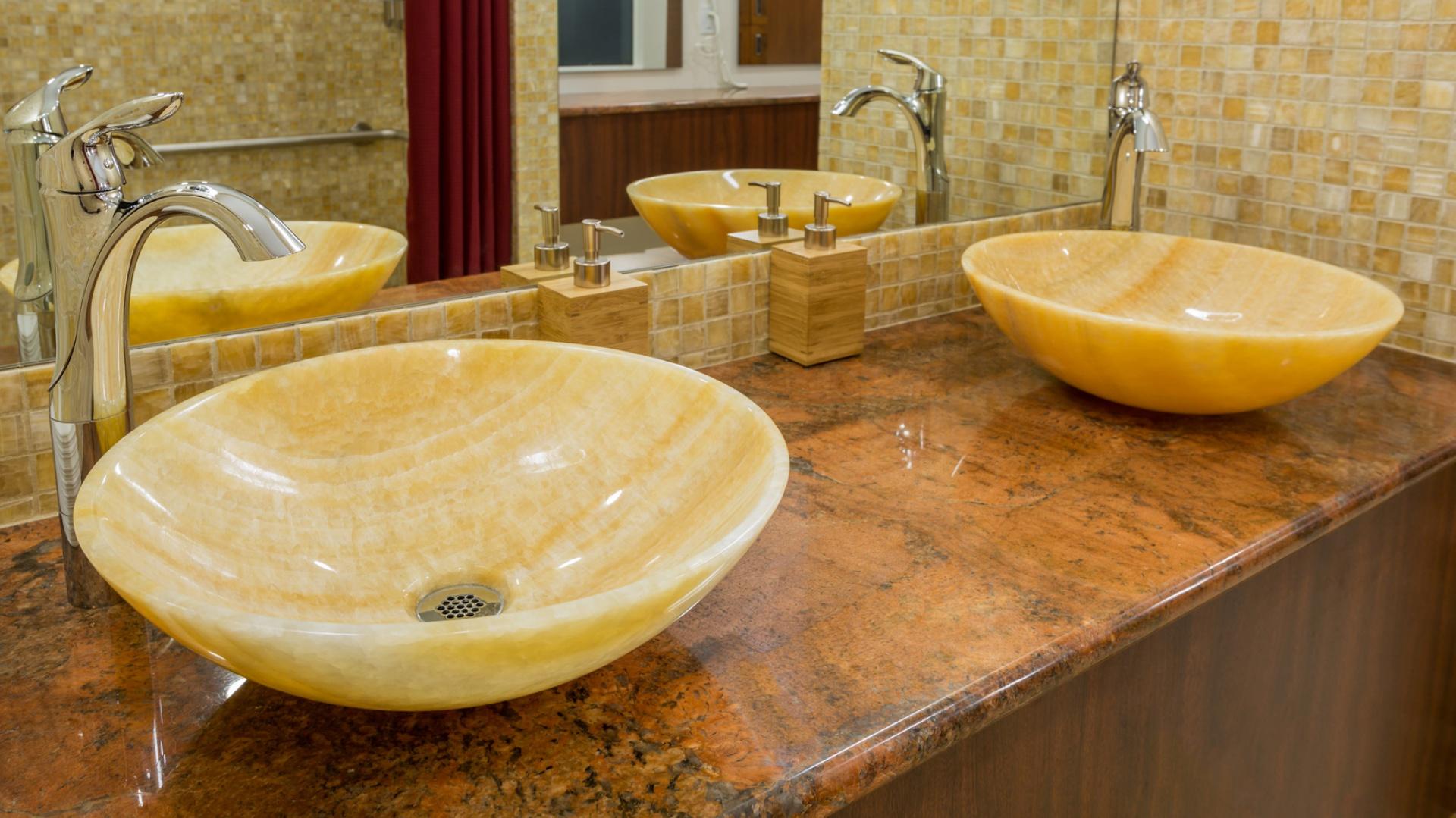 Kolekcja kamiennych umywalek nablatowych marki InduStone zapiera dech w piersiach. Są to produkty rzadkie i niezwykle oryginalne. Fot. InduStone