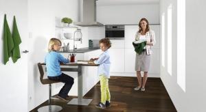 Jadalnia połączona z kuchnią staje się coraz bardziej popularnym rozwiązaniem w naszych domach i mieszkaniach.Również jadalnia w kuchni może być urządzona w zdecydowanie bardziej funkcjonalny sposób, który dodatkowo sprzyja wspólnemu spędz