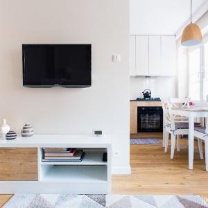 Mieszkanie 32 m2. Białe i ocieplone drewnem