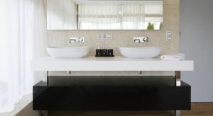 Miękkie formy wanny i umywalek, klasyczna, przytulna paleta kolorów oraz malowniczy widok za przeszklonymi ścianami. Ujęty w ponadczasowe ramy salon kąpielowy zachęca do wypoczynku.