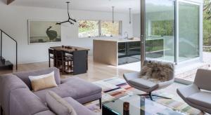 Urządzone w jasnych barwach wnętrze tego domu zachwyca przestronnością i naturalnymi materiałami.
