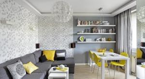 Jak urządzić mały salon? Jedną z podstawowych zasadjest zastosowanie w małych pomieszczeniach jasnych kolorów, które optycznie powiększają przestrzeń. Dadzą wrażenie lekkości i poczucie elegancji.