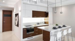 W nowym budownictwie kuchnia otwarta na salon to najczęściej spotykane rozwiązanie. Sprawdźcie pomysły architektów.
