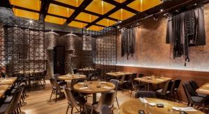 Restauracja Wabu – Sushi & Japanese Tapas mieszcząca się na parterze jednego z budynków Warsaw Spire przy Placu Europejskim, to kolejny udany projekt pracowni Robert Majkut Design. Atutem tego wnętrza jest klarowna kompozycja wnętrza, klima