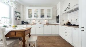 Wiejska kuchniaw większości jest stworzona z naturalnych materiałów. Możemy tutaj spotkaćceramikę, wiklinę czy drewno. Wszystkie elementy kuchni w stylu wiejskim mają sprawiać wrażenie, że są tutaj już wiele lat.