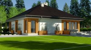Jeśli ktoś szuka pomysłu na parterowy, mały dom, to Kalandra okaże się idealnym wyborem. Ten nieco ponad stumetrowy dom zaprojektowano z wyjątkowym wyczuciem smaku.