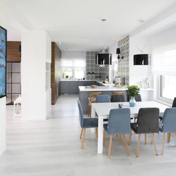 Piękny dom dla rodziny: modne wnętrze w klasyczym stylu