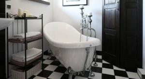 Urządzając łazienkę możemy zdecydować się na jednolitą lub wzorzystą podłogę, harmonizującą z wykończeniem ścian lub całkowicie inną, kontrastującą z okładzinami ściennymi. Sprawdźcie nasze pomysły.