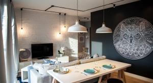 Poprzemysłowe przestrzenie mają swój niepowtarzalny klimat. Za pomocą odpowiednio dobranego oświetlenia możemy wprowadzić do surowego wnętrza odrobinę domowego ciepła.<br /><br />