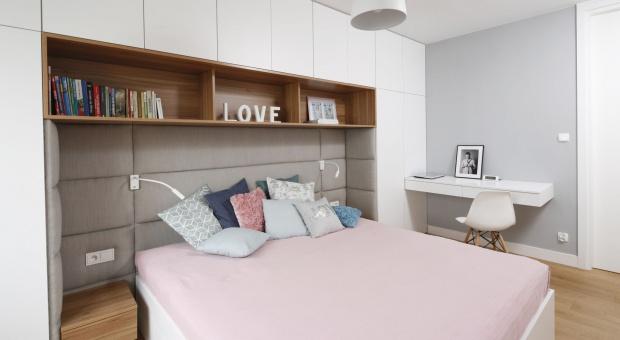 Ściana za łóżkiem: 20 pomysłów na aranżację