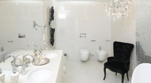 Biel jest ponadczasowa, idealnie komponuje się z większością dodatków i naturalnymi materiałami. Posiada także istotną zaletę – optycznie powiększa niewielką przestrzeń. Po raz kolejny odkrywamy urok białej łazienki.