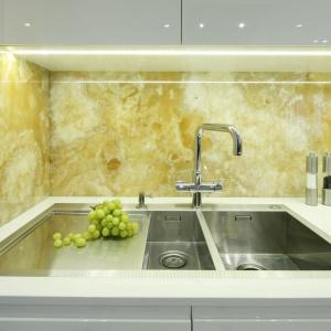 Dekoracja ściany nad blatem w kuchni. Projekt: Małgorzata Muc, Joanna Scott. Fot. Bartosz Jarosz
