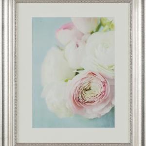 Obraz PINK FLOWER to różowe jaskry na jasnym passe-partout, oprawione w szeroką, srebrną ramę subtelnie zdobioną frezami. 381,60 zł. Fot. Dekoria