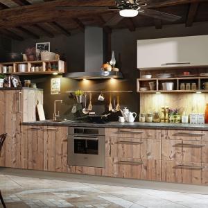W tej kuchni z linii KAMPlus w dekorze Sosna Bramberg  jest wszystko, za co kochamy styl retro: piękne fronty zżywiołową grą sęków i otwarte półki, na których wyeksponujemy klimatyczne dodatki. Fot KAM