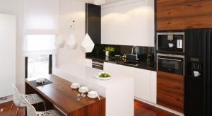 Wysoka zabudowa kuchenna często łączy funkcje strefy zapasów, przechowywania oraz pieczenia. Tak różne role wymagają zróżnicowania wielkości, sposobu otwierania i wyposażenia szafek w tej części zabudowy. Zobaczcie nasze propozycje.