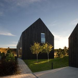 Dom wzniesiony na rzucie prostokąta przybrał kształt typowego budynku gospodarczego, nawiązującego wyglądem do stodoły. Projekt: Ola Wołczyk. Fot. Hanna Długosz
