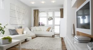 Białe ściany nie wychodzą z mody, ponieważ pasują do każdego wnętrza – eleganckiego, nowoczesnego, a nawet pokoju dziecięcego – i stanowią korzystne tło dla kolorowych mebli oraz dodatków.