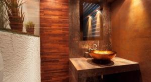 Oświetlenie w łazience to prawdziwy system do zadań specjalnych. Innego światła potrzebujemy rano,innego wieczorem. Jak zachować równowagę między jego użyteczną i dekoracyjną rolą i stworzyć wielofunkcyjne oświetlenie łazienkowe?