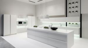 Biała kuchnia nie wychodzi z mody. Elegancki charakter podkreślą białej zabudowy podkreślą dodatki zarówno z tradycyjnej porcelany jak i nowoczesnych materiałów.