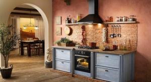 Przed urządzeniem kuchni, powinniśmy zastanowić się jak chcemy, żeby wyglądała. Zaczynając od podłogi, doborze ścian, mebli, na sprzętach AGD i firankach kończąc – wszystko musi do nas pasować.