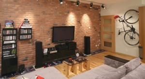 Ściany wykończone cegłą sprawdzą się w tradycyjnym, jak również w nowoczesnym, loftowym wnętrzu. Możemy w ten sposób udekorować całą ścianę lub tylko wybrany fragment.