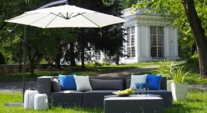 Nowości w segmencie mebli ogrodowych są odpowiedzią na panujący trend przenikania się wnętrza domu z jego otoczeniem. W urządzonym na zewnątrz salonie lub jadalni coraz częściej pojawiają się meble, które przypominają modele typowo domowe.