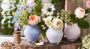 Jak zaprosić wiosnę do wnętrza? To oczywiste – udekorować je świeżymi kwiatami! Piękne wazony również będą dekoracją samą w sobie.