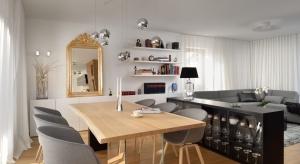Efektem metamorfozy wnętrza domu w Domžale (Słowenia) jest otwarta, jasna przestrzeń łącząca wszystkie strefy.