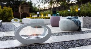 Hipnotyzujący żywy ogień nie musi gasnąć na wiosnę. Żegnając się z domowym paleniskiem w salonie, przywitajmy się z przenośnym biokominkiem, który zagwarantuje wspaniały nastrój w ogrodzie, na balkonie lub tarasie.