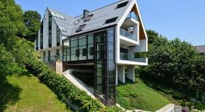 Dom został zaprojektowany na południowym, stromym stoku w zielonej dzielnicy Krakowa – Przegorzały. Jego konstrukcja opiera się na czterech kolumnach z wysuniętym tarasem, z którego rozciąga się przepiękny widok na Wisłę.