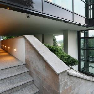 Naturalny kamień i szkło sprawiają, że dom wygląda bardzo nowocześnie. Projekt: arch. Tadeusz Lemański. Fot. Tomasz Zakrzewski