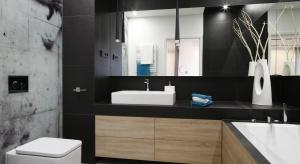 Urządzając łazienkę w domu dla rodziny trzeba wziąć pod uwagę potrzeby i komfort wszystkich domowników. Jeżeli pozwala na to metraż, warto wyposażyć ją zarówno w wannę jak i prysznic