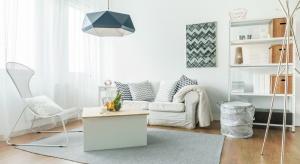 Urządzenie niewielkich pomieszczeń to prawdziwe wyzwanie dla ich właścicieli. Odpowiednie meble i dodatki to nie wszystko. Należy zadbać przede wszystkim o jak najlepsze oświetlenie.