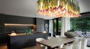 Ten niezwykły projekt lampy wiszącej to prawdziwy hołd złożony wiośnie.