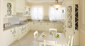 Jedni wolą bardziej nowoczesny styl, inni preferują aranżacje w stylu wiejskim, jednak często polskie kuchnie opierają się na klasyce.