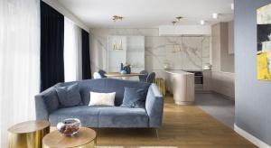 Kielecki apartament powstał z myślą o dwóch kobietach: mamie i córce. Miał wymykać się sztywnym etykietom stylistycznym i niekoniecznie ślepo podążać za popularnymi trendami.