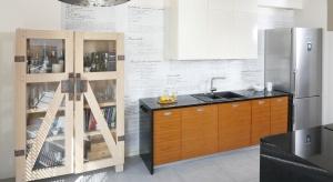 Jeżeli stawiamy na proste meble i jednolitekoloryw kuchni nie oznacza to, że wnętrze musi być nudne – wręcz przeciwnie! W takiej sytuacji całą uwagę mogą skupiaćściany, a raczej ich nietypowa dekoracja.
