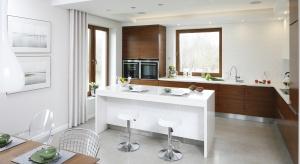 Barek śniadaniowy to praktyczne i efektowne rozwiązanie w kuchni otwartej na salon. To dobre miejsce na szybkie śniadanie przed wyjściem oraz popołudniową kawę.