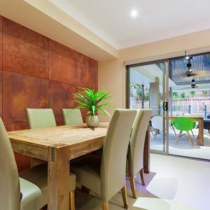 Beton architektoniczny umożliwia wykorzystanie we wnętrzach modnego efektu rdzy bez użycia stali kortenowskiej. Na zdjęciu: płyta Slim 80x80 cm w kolorystyce rust