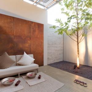 Beton architektoniczny w różnych odmianach kolorystycznych z powodzeniem może być stosowany na zewnątrz i we wnętrzach. Na zdjęciu: płyta Slim rust