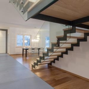 W mieszkaniu betonowe płyty można układać nacałej płaszczyźnie podłogi lub ściany albo łączyć z innymi materiałami (drewno, cegła). Na zdjęciu: płyta Slim 100x200 cm, Modern Line