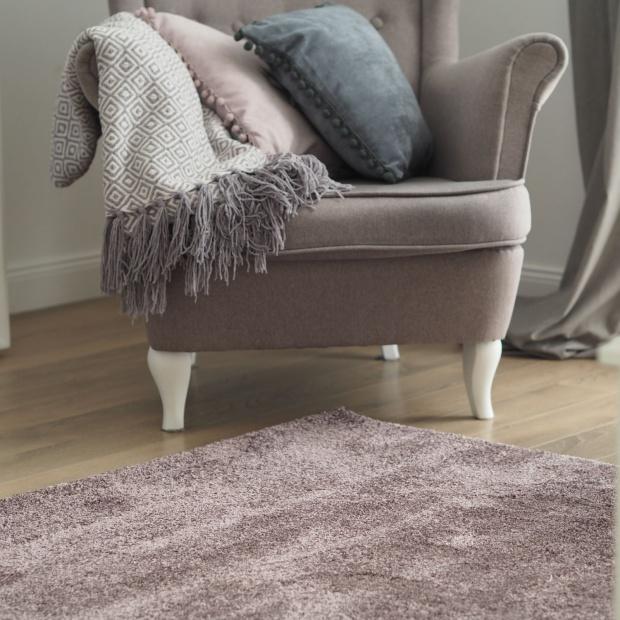 Dom w pastelach na wiosnę: piękne dywany