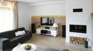 Podłoga z naturalnego drewna jest piękna, przyjemna w dotyku i cechuje się świetnymi właściwościami izolującymi. Dodaje elegancji nętrzom i ociepla przestrzenie nowoczesne.