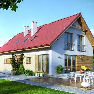 W tym klasycznym domu o prostej bryle z dwuspadowym dachem taras naziemny wykończony drewnem stanowi idealną ozdobę. Projekt: Amarylis 2. Fot. MTM Styl