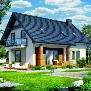 Klasyczna bryłę budynku od strony szczytowej i elewacji ogrodowej okalają tarasy. Projekt: Dom w jabłonkach. Fot. Archon +