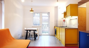 35 metrowy apartament wakacyjny do wynajęcia. W aranżacji postawiono na funkcjonalność oraz zdecydowane, letnie kolory.