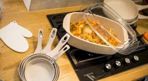 Radość z gotowania i sukcesy w tej dziedzinie przyniosą nam również starannie dobrane komplety garnków, patelni, naczyń do pieczenia, smażenia, duszenia.