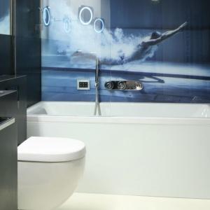 Aranżacja łazienki: wybierz niebieski. Projekt: Monika i Adam Bronikowscy. Fot. Bartosz Jarosz